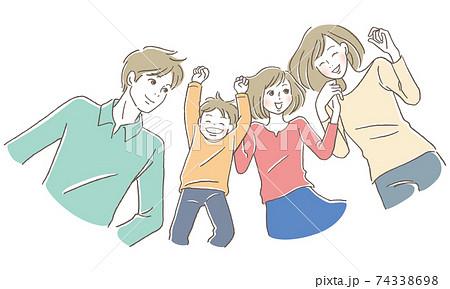 笑顔で横になる家族 74338698