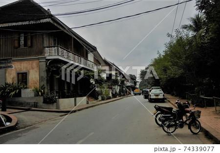 ラオスの世界遺産ルアンプラバーン市の市街風景 74339077