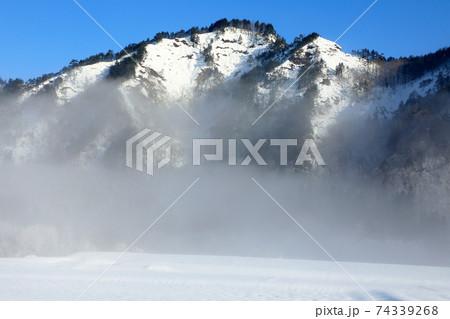 朝霧晴れゆく厳冬の里山 福島県只見町 74339268