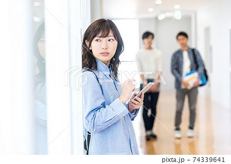 スマホを持った女子大学生 撮影協力:中央工学校附属日本語学校 74339641