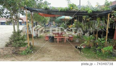 ラオス・ルアンナムター市バスステーションにある食堂の風景 74340738