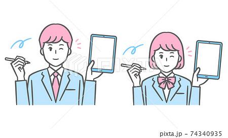 タブレットとタッチペンを持つ中高生男女のイラスト ブレザーの制服 74340935