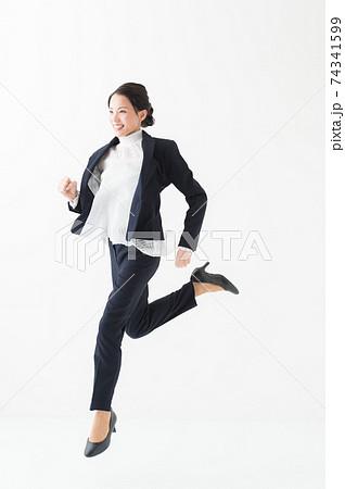 ジャンプする女性 20代 ビジネス 74341599