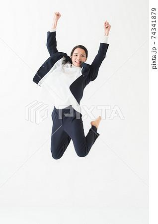 ジャンプする女性 20代 ビジネス 74341879
