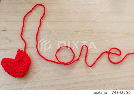 赤い毛糸で編んだハートとラブの文字 74342250