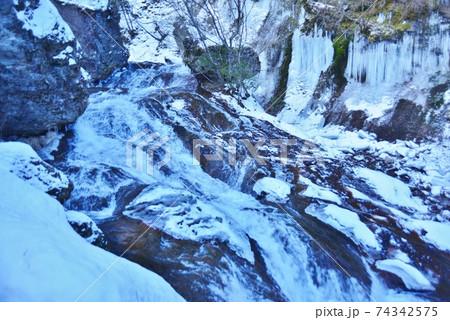 横谷渓谷一枚岩の豪快な流れと氷瀑 74342575