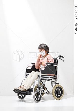 介護イメージ 車いす シニア女性 74343710