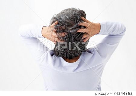 シニア女性 悩む 頭を抱える 74344362