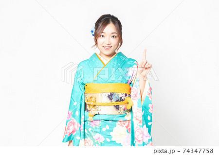 振袖を着てポイントを示すジェスチャーをする女性 74347758