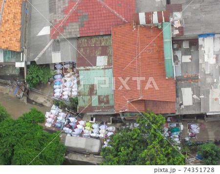 インドネシアの女性モスリムの祈り 74351728