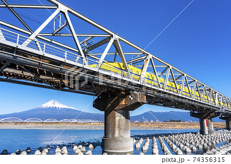 富士山をバックに富士川を渡るドクターイエロー 74356315