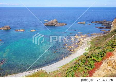 北海道積丹町 島武意海岸展望台から見た積丹ブルーの綺麗な海 74363176