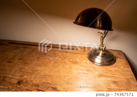 ヴィンテージ感のあるデスクと照明(横) 74367571