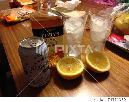 (晩酌)仕事終わり自宅で一杯のお酒 74371370