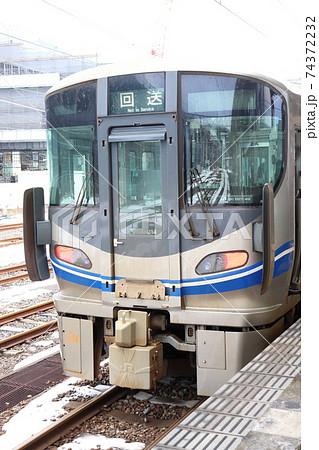湖西線 のJR西日本521系回送電車(敦賀駅) 74372232
