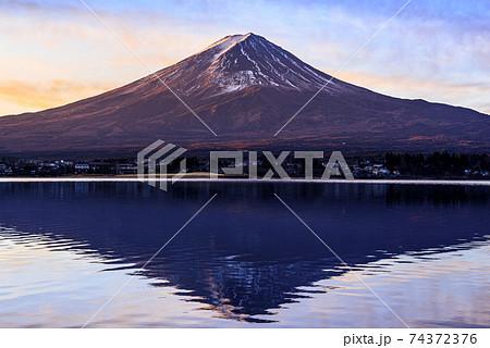 河口湖に映る紅逆さ富士と幻想的な空のグラデーション 74372376