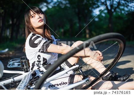 朝練でひと休みする女性ロードレーサー 74376165