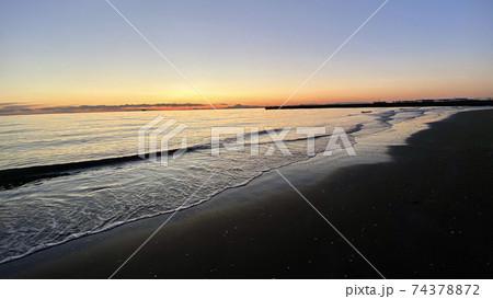 日没直前の砂浜から見る波と空のグラデーション 74378872