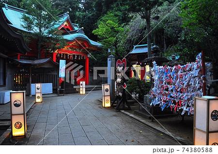 江の島 江島神社中津宮と江の島灯篭 74380588