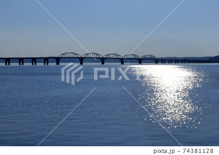 ロマンチック茨城(銀色に輝く湖畔に掛かる北浦大橋。淡水湖に掛かる日本第二の橋である。)鹿嶋市、行方市 74381128