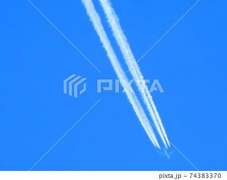 飛行機雲 クッキリと2本の雲 74383370