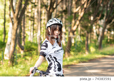 女性ロードレーサーのポートレート 74383591