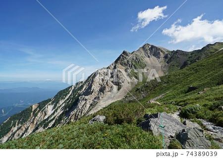 真夏の白馬岳 岩室付近の眺望と杓子岳 74389039