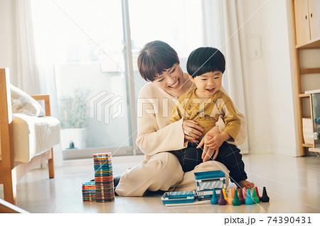 自宅で男の子と母親・育児・子育てイメージ 74390431