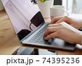 パソコンをタイピングする男性の両手-テレワークイメージ 74395236