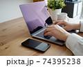 パソコンをタイピングする男性の両手-テレワークイメージ 74395238