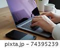 パソコンをタイピングする男性の両手-テレワークイメージ 74395239