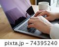 パソコンをタイピングする男性の両手-テレワークイメージ 74395240