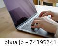 パソコンをタイピングする男性の両手-テレワークイメージ 74395241