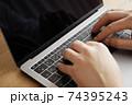 パソコンをタイピングする男性の両手-テレワークイメージ 74395243