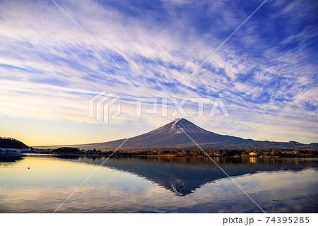 早朝の河口湖に映る逆さ富士 74395285