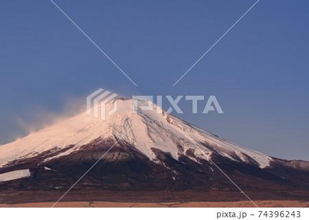 厳冬の富士山と山頂付近に吹きつける風 74396243