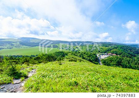 鷲ヶ峰登山(夏):登山道から八島ヶ原湿原と八島ビジターセンターの眺め 74397883