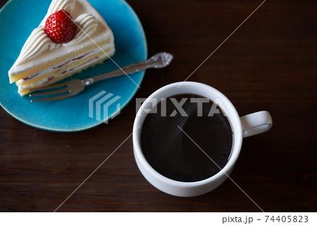 コーヒーといちごのショートケーキ 74405823