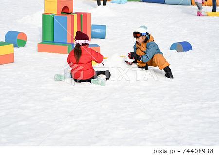 雪遊びをする女の子 74408938