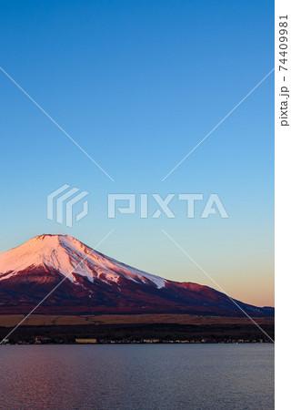 快晴の冬晴れと紅く染まる富士山(紅富士) 74409981