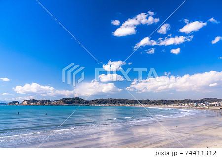 《神奈川県》由比ヶ浜・海と青い空 74411312