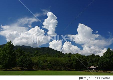 湧き立つ入道雲と緑(夏イメージ・背景素材) 74415808
