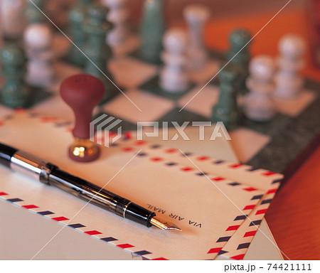 チェスとエアメールと万年筆 74421111