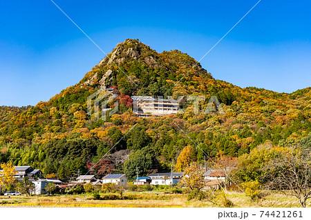 滋賀県東近江市 全山紅葉している太郎坊宮の遠景 74421261