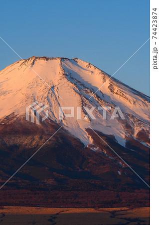 早朝の紅富士クローズアップ 74423874