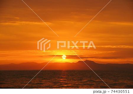 有明海の日の出と雲と空 74430551