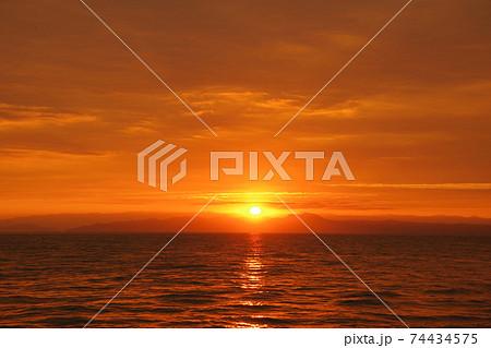 有明海の日の出と空と雲 74434575