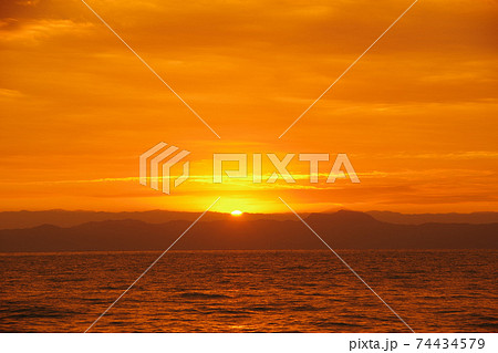 有明海の日の出と空と雲 74434579