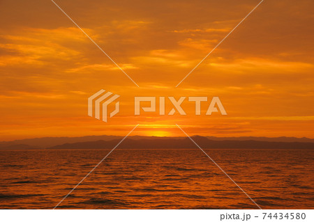 有明海の日の出と空と雲 74434580