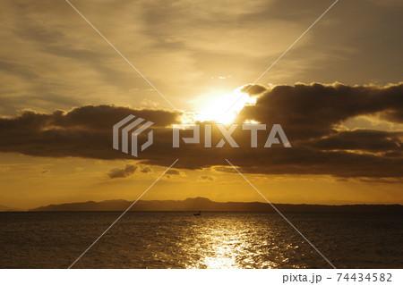 有明海の日の出と空と雲 74434582